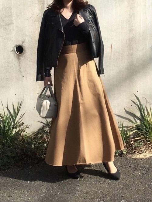 黒ライダース×茶色フレアスカート