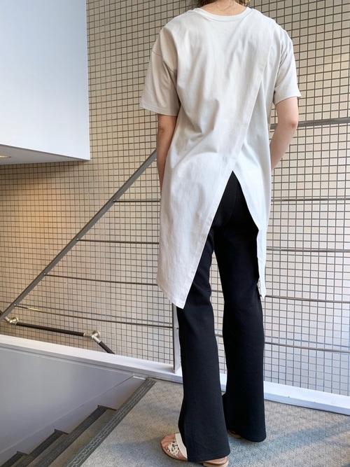 スリット入りTシャツ×黒スウェットパンツ