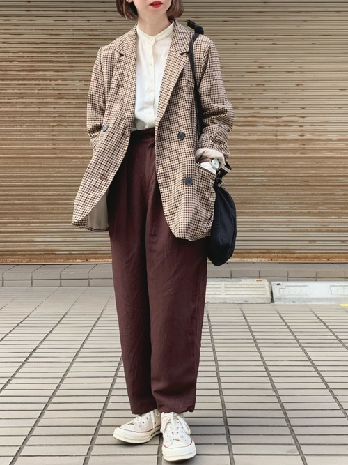 チェックジャケット×茶色パンツ