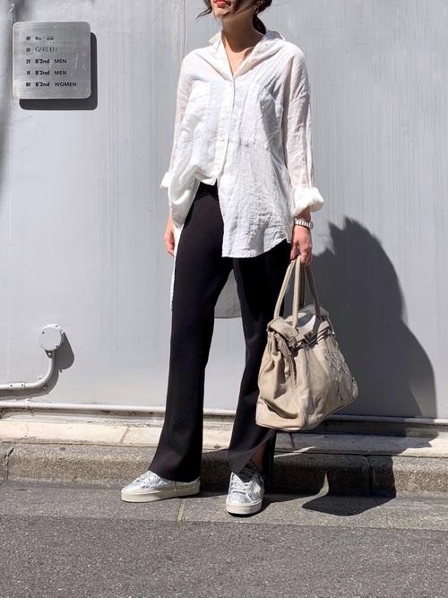 リネンシャツ×黒スウェットパンツ