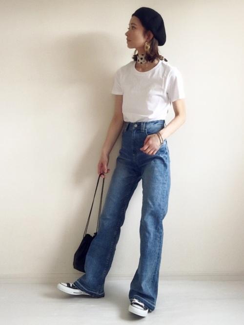 フレアデニム×白シンプルTシャツ