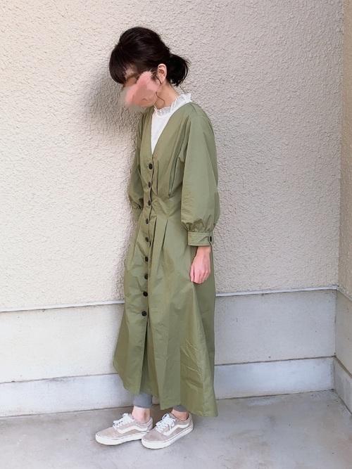 ZARA緑ワンピース×スニーカー