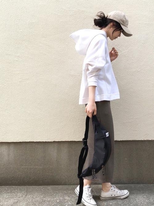 白スニーカー×リブタイトスカート