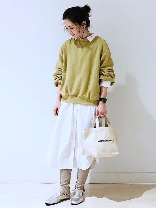 緑スウェット×白シャツワンピ