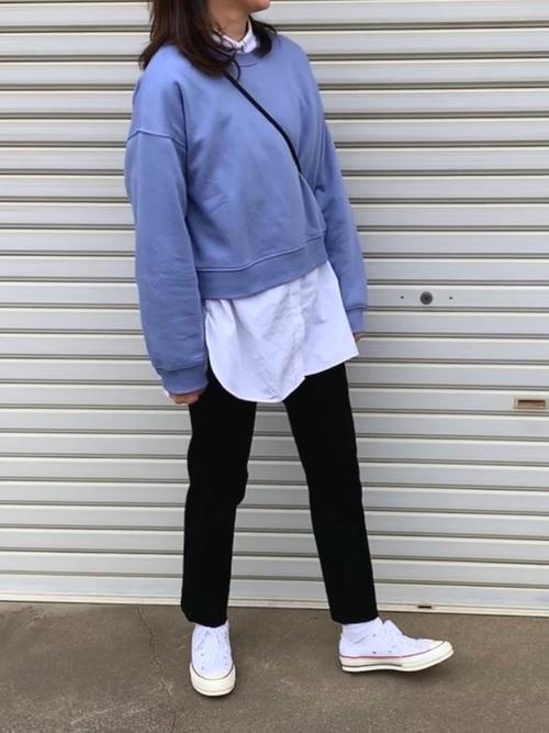 白スニーカー×黒センタープレスパンツ