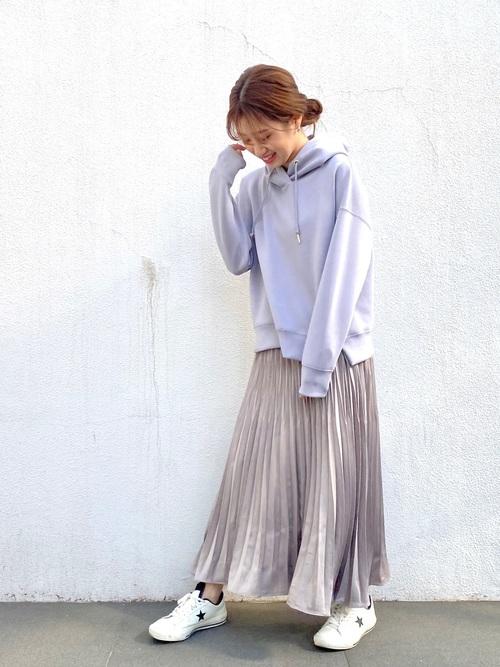 白スニーカー×プリーツスカート