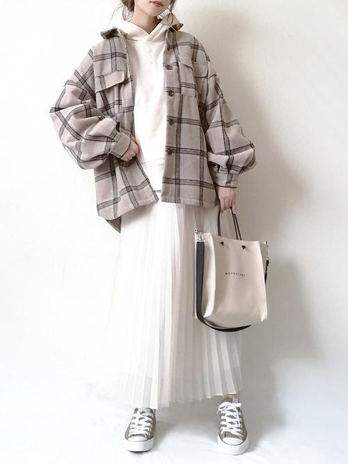 白パーカー×プリーツスカート