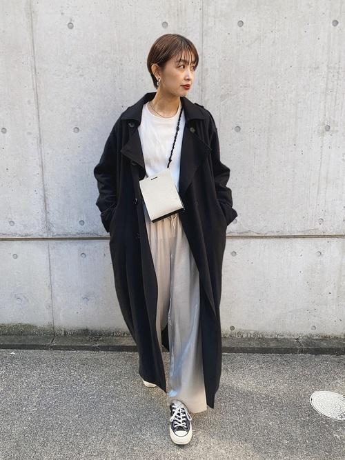 黒ロングコート×ベージュパンツ