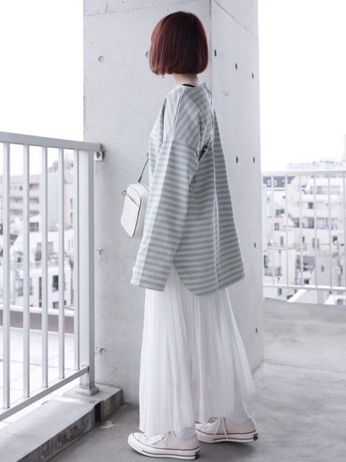 白スニーカー×白フレアスカート