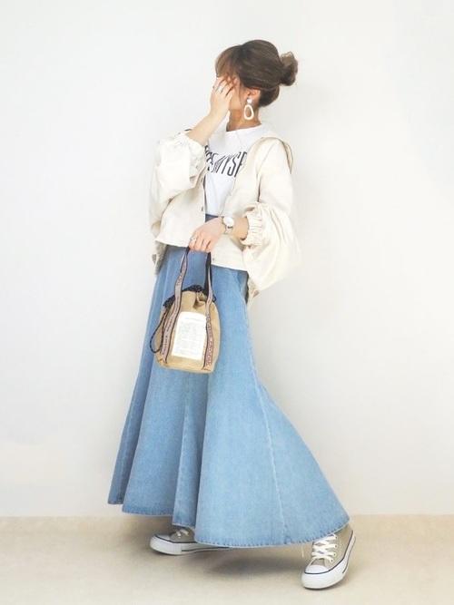 白ブルゾン×水色デニムスカート