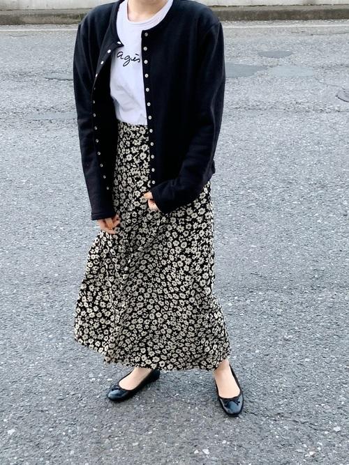 黒パンプス×黒花柄ロングスカート