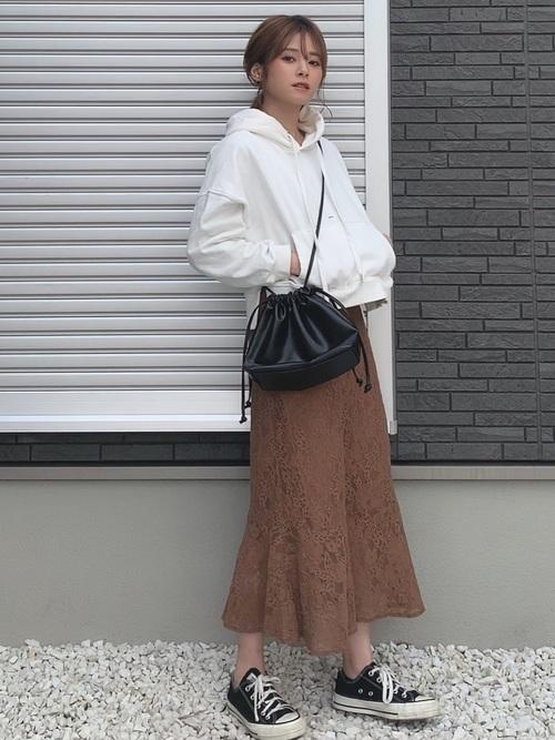 白パーカー×茶色レーススカート