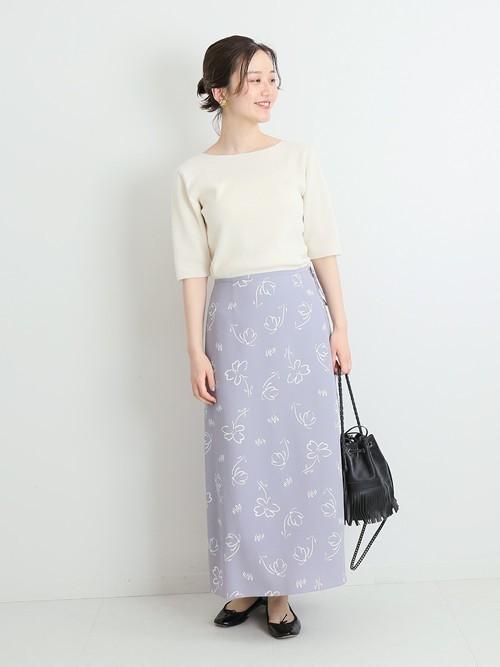 白ボートネックニット×花柄スカート