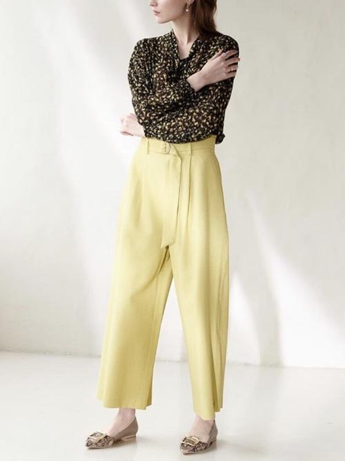 黒ボウタイブラウス×黄色パンツ
