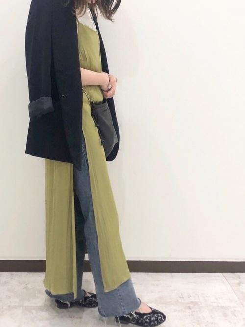 フレアデニム×黒刺繍入りパンプス