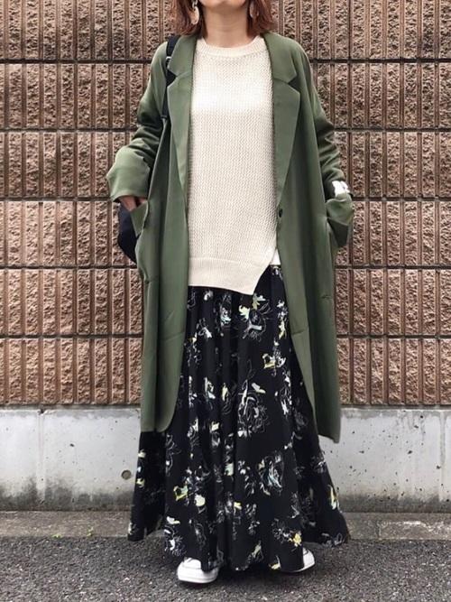 カーキコート×花柄スカート