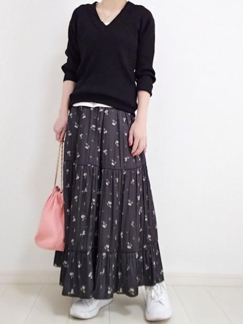 白スニーカー×黒花柄スカート