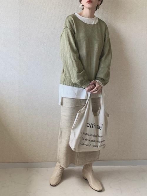 緑ニット×ベージュタイトスカート