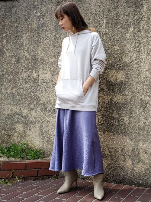 グレーパーカー×青サテンスカート