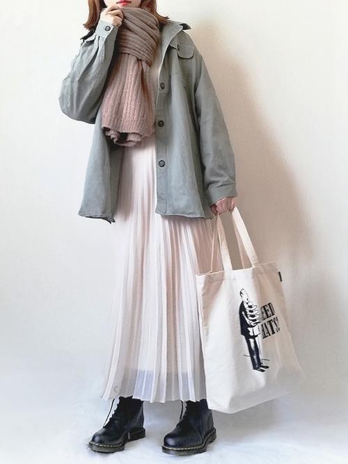 カーキシャツアウター×白スカート