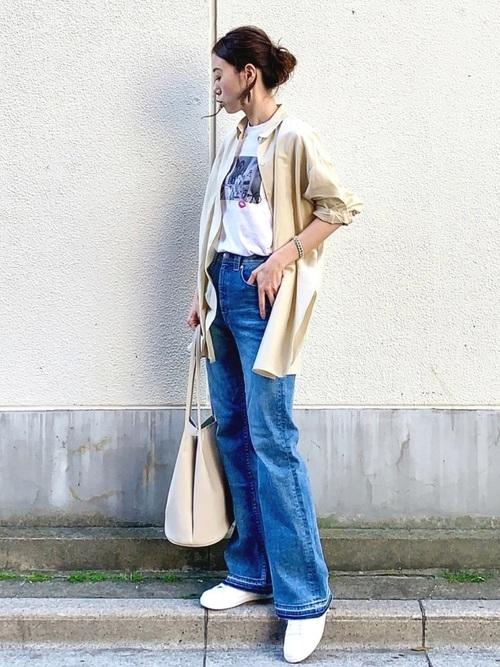 青フレアデニム×ベージュシャツ