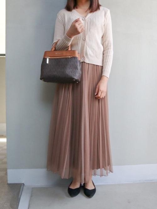 カーディガン×茶色スカート