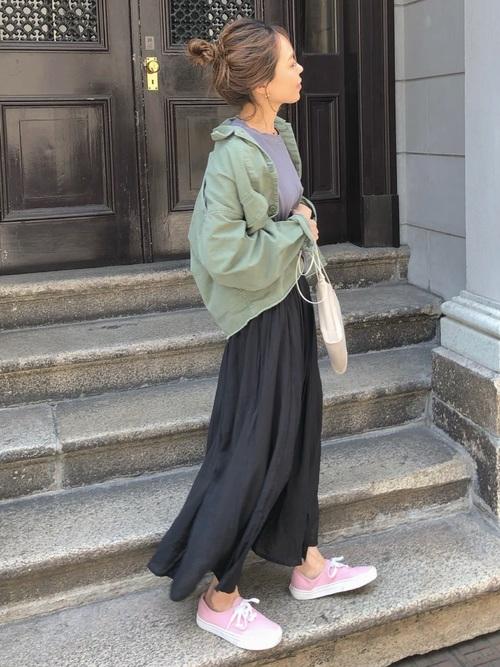 緑ジャケット×黒ギャザースカート