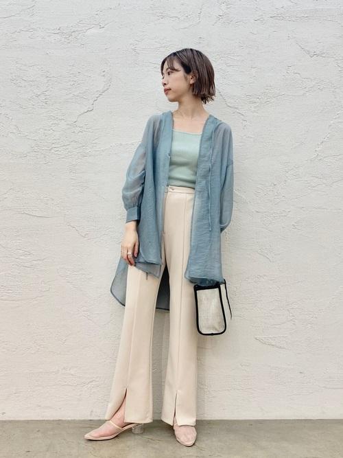 青シアーシャツ×ベージュパンツ