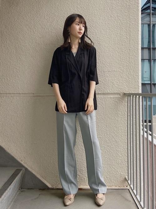 黒ユニクロシャツ×グレーパンツ