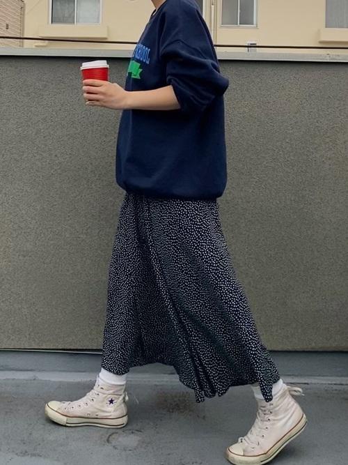 白スニーカー×紺ドット柄スカート