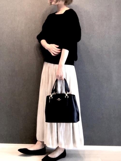 黒パンプス×ベージュスカート