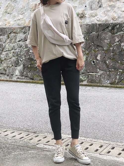 ビッグTシャツ×黒スウェットパンツ