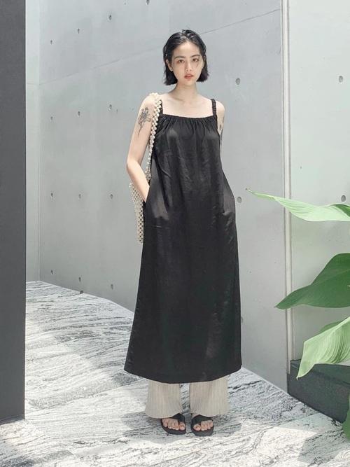 黒ジャンパースカート×ベージュワイドパンツ