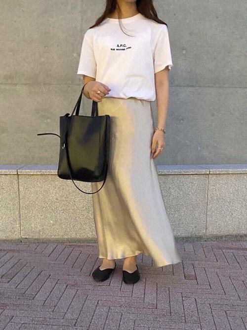 黒パンプス×白ロゴ入りTシャツ