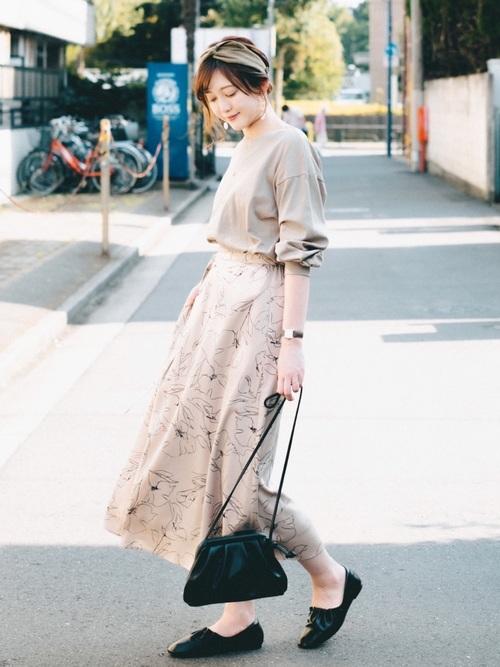 黒パンプス×花柄フレアスカート