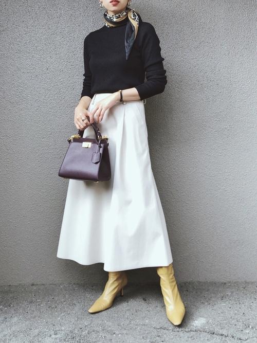 GUのクルーネックトップス×フェイクレザースカート
