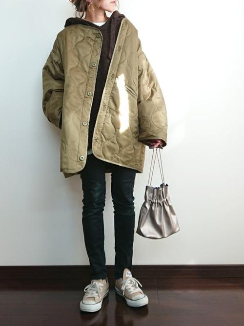 GU黒スキニー×緑キルティングコート