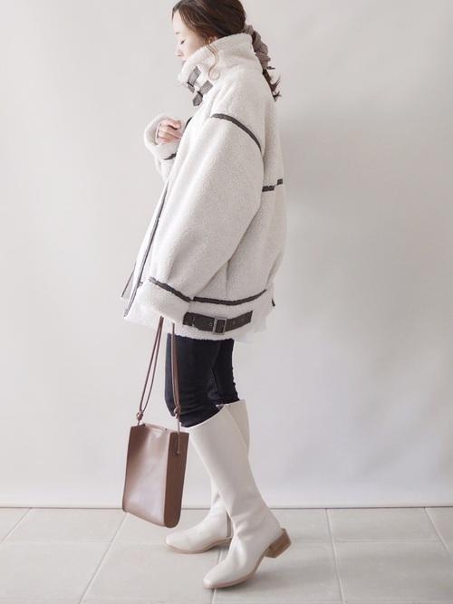 インパクト抜群な冬の上級者白ブーツコーデ