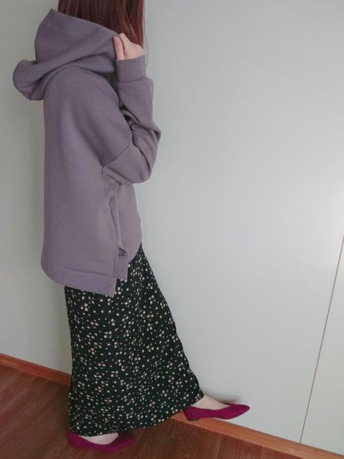 赤パンプス×花柄ロングスカート