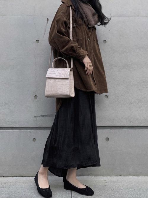 黒パンプス×茶色ロングシャツ