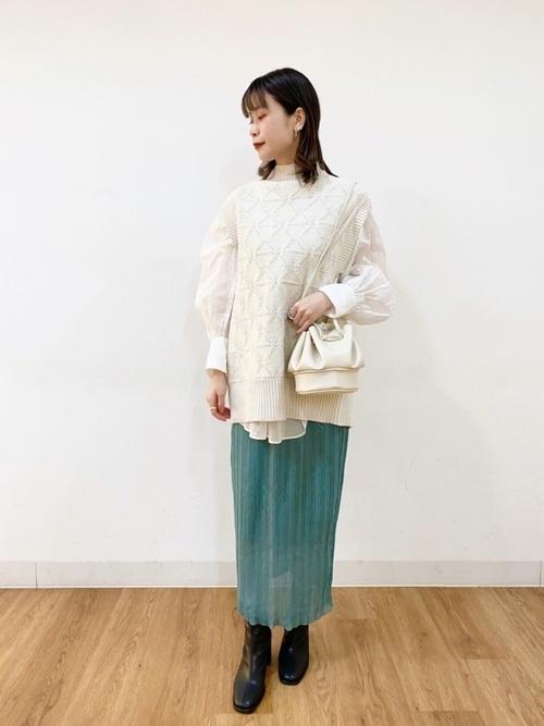 白ニットベスト×緑タイトスカート