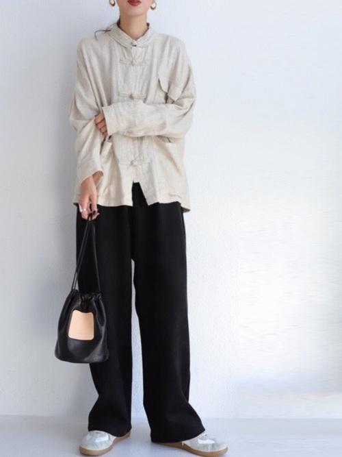 チャイナボタンシャツ×黒パンツ