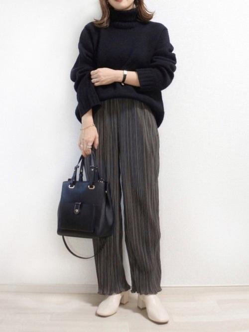 GUの黒セーター×しまむらのプリーツスカート