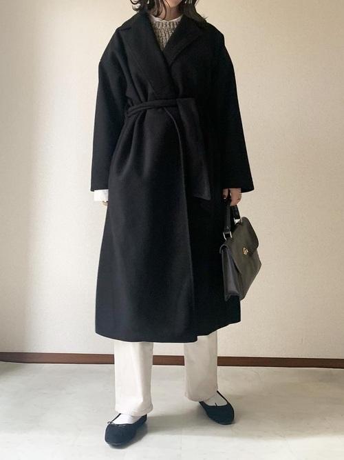 白デニムパンツ×ベルト付きコート