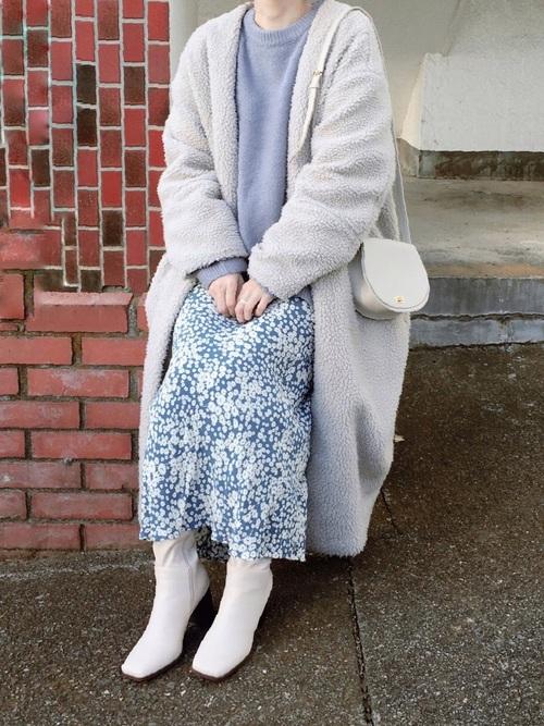 青花柄ロングスカート×白コート