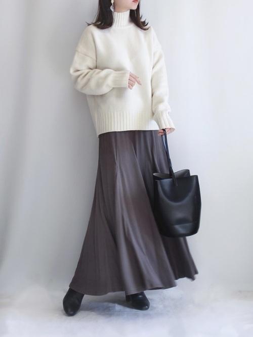 茶色ロングスカート×白ニット