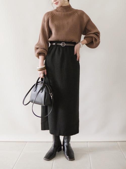 黒タイトロングスカート×茶色ニット