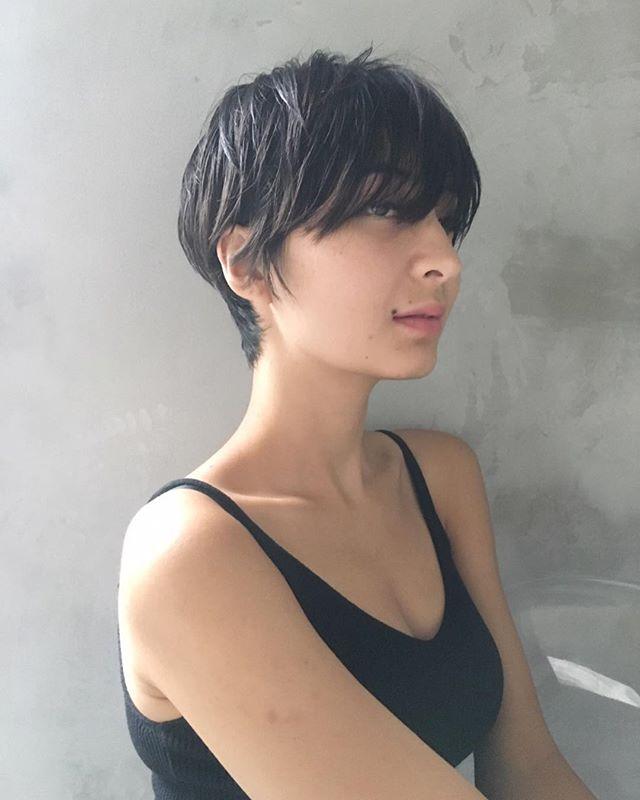 カジュアルさを残した黒髪ショートヘアスタイル