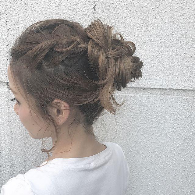 ラフなお団子×大きめな表編みヘア