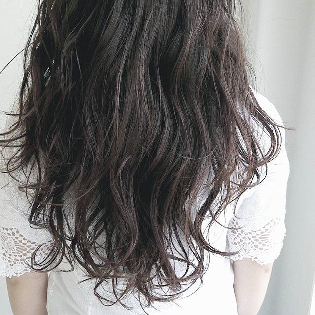 後ろ姿美人な波ウェーブのヘアスタイル